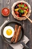 Piec na grillu kiełbasy w smaży niecce smażącym jajku i Zdjęcia Royalty Free