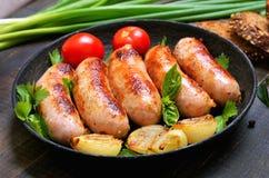Piec na grillu kiełbasy z cebulą i świeżym pomidorem Obraz Stock