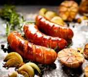 Piec na grillu kiełbasa z dodatkiem czosnek i cebule Obraz Stock