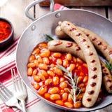 Piec na grillu kiełbasy z fasolami w pomidorowym kumberlandzie Zdjęcie Royalty Free