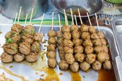 Piec na grillu klopsik z kiełbasą na ulicznym rynku w Tajlandia Zdjęcie Royalty Free