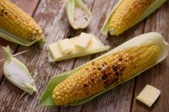 Piec na grillu kukurudza w plewie z masłem, sól Zdjęcia Royalty Free
