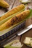 Piec na grillu kukurudza z plewą w błękitnym naczyniu z masłem, sól Zdjęcie Stock