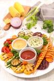 Piec na grillu kumberland i warzywo Obraz Stock
