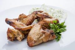 Piec na grillu kurczaków skrzydła na białym talerzu obrazy royalty free
