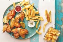 Piec na grillu kurczaków skrzydła z kartoflanymi dłoniakami Zdjęcie Stock