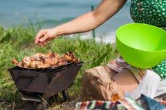 Piec na grillu kurczaków uda na płomiennym grillu. Obrazy Stock
