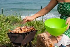 Piec na grillu kurczaków uda na płomiennym grillu. Obrazy Royalty Free