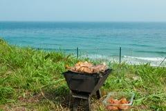 Piec na grillu kurczaków uda na płomiennym grillu. Zdjęcie Royalty Free