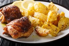 Piec na grillu kurczak?w uda s?uzy? z wy?mienicie cytryna czosnku grul zbli?eniem horyzontalny zdjęcia stock