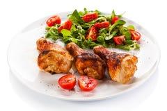 Piec na grillu kurczaków warzywa i drumsticks fotografia stock