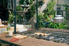Piec na grillu kurczak lokalizuje po środku domu z domu i ogródu dekoracją Z wprowadzeniem nowi antyki Ja Zdjęcie Stock