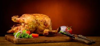 Piec na grillu kurczak na drewnianym talerzu Obrazy Royalty Free