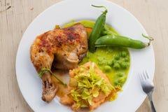 Piec na grillu kurczak noga z puree ziemniaczane i grochami Zdjęcia Royalty Free