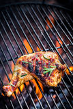 Piec na grillu kurczak noga z rozmarynami obrazy royalty free