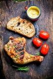 Piec na grillu kurczak noga z rozmarynami i pieprzem Obrazy Stock