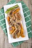 Piec na grillu kurczak nogi na talerzu Zdjęcie Stock