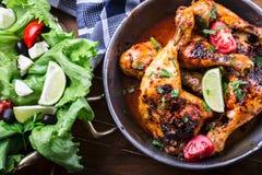 Piec na grillu kurczak nogi, sałata i czereśniowych pomidorów limet oliwki, kuchnia tradycyjna Śródziemnomorska kuchnia Fotografia Royalty Free