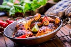 Piec na grillu kurczak nogi, sałata i czereśniowych pomidorów limet oliwki, kuchnia tradycyjna Śródziemnomorska kuchnia Obrazy Stock