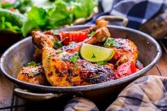 Piec na grillu kurczak nogi, sałata i czereśniowych pomidorów limet oliwki, kuchnia tradycyjna Śródziemnomorska kuchnia Fotografia Stock