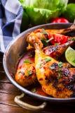 Piec na grillu kurczak nogi, sałata i czereśniowych pomidorów limet oliwki, kuchnia tradycyjna Śródziemnomorska kuchnia Zdjęcie Royalty Free