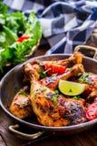 Piec na grillu kurczak nogi, sałata i czereśniowych pomidorów limet oliwki, kuchnia tradycyjna Śródziemnomorska kuchnia Zdjęcia Stock