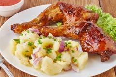 Piec na grillu kurczak nogi z kartoflaną sałatką, warzywami i pomidorowym kumberlandem, Obrazy Stock