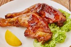 Piec na grillu kurczak nogi z warzywami i cytryną Zdjęcie Stock