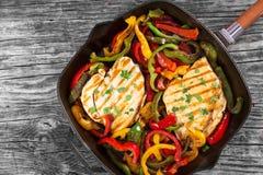 Piec na grillu kurczak pierś polędwicowa i smażący dzwonkowy pieprz, horyzontalny Fotografia Stock