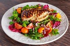 Piec na grillu kurczak pierś polędwicowa z świeżymi pomidorów warzywami sałatkowymi Pojęcia zdrowy jedzenie Obrazy Stock