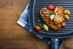Piec na grillu kurczak pierś w różnych różnicach z czereśniowym tomat fotografia stock