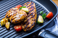 Piec na grillu kurczak pierś w różnych różnicach z czereśniowym tomat obrazy stock