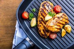Piec na grillu kurczak pierś w różnych różnicach z czereśniowym tomat obraz royalty free