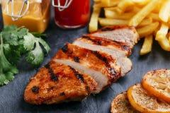 Piec na grillu kurczak pierś z francuskimi dłoniakami Zdjęcie Royalty Free