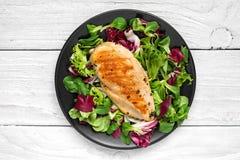 Piec na grillu kurczak pierś z mieszaną sałatką na czarnym talerzu fotografia stock