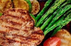 Piec na grillu kurczak pierś z warzywa clouse w górę zdjęcia royalty free