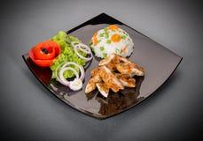 Piec na grillu kurczak pierś z warzywami na talerzu obraz stock