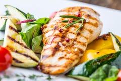 Piec na grillu kurczak piersi Piec na grillu warzywa z kurczak piersi Piec na grillu kurczakiem z warzywami na dębowym stole Obrazy Stock
