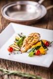 Piec na grillu kurczak piersi Piec na grillu warzywa z kurczak piersi Piec na grillu kurczakiem z warzywami na dębowym stole Obrazy Royalty Free