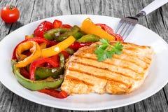 Piec na grillu kurczak piersi polędwicowy i smażący dzwonkowy pieprz, clos- up Zdjęcia Stock