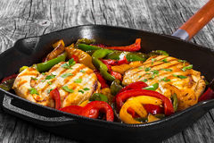 Piec na grillu kurczak piersi polędwicowy i smażący dzwonkowy pieprz, odgórny widok Zdjęcia Stock
