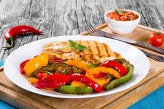 Piec na grillu kurczak piersi polędwicowy i smażący dzwonkowy pieprz, zakończenie Zdjęcia Royalty Free