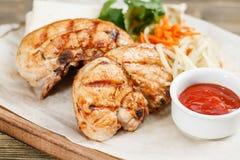 Piec na grillu kurczak piersi porcja na drewnianej desce na nieociosanym stole Grill restauraci menu, serie fotografie Zdjęcie Stock