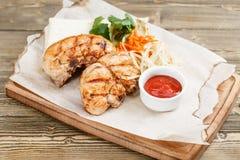 Piec na grillu kurczak piersi porcja na drewnianej desce na nieociosanym stole Grill restauraci menu, serie fotografie Obrazy Stock