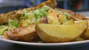 Piec na grillu kurczak piersi z grulami i sałatką na talerzu, zamykają up, kamery niecka zbiory