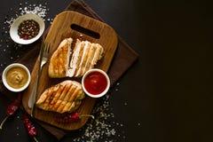 Piec na grillu kurczak piersi z pikantność na drewnianym biurku obrazy stock