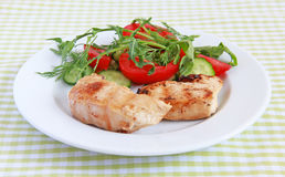 Piec na grillu kurczak polędwicowy z sałatką Zdjęcia Stock