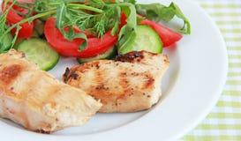Piec na grillu kurczak polędwicowy z sałatką Zdjęcie Royalty Free