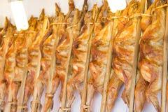 Piec na grillu kurczak rozprzestrzeniali out z bambusowym kijem Zdjęcie Royalty Free