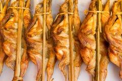 Piec na grillu kurczak rozprzestrzeniali out z bambusowym kijem Fotografia Royalty Free